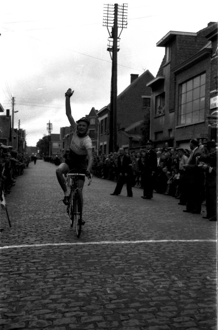 Aankomst wielerwedstrijd en huldiging, Izegem, 1958