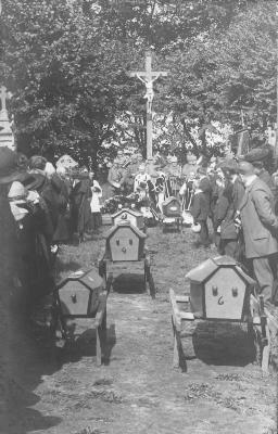 Begrafenis slachtoffers bombardement, afscheid op kerkhof