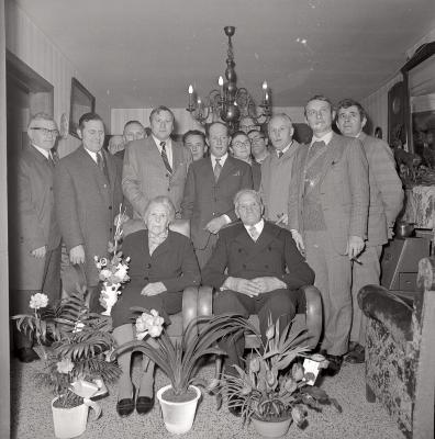 Gouden echtpaar poseert met burgemeester en leden van gemeenteraad , Moorslede maart 1973