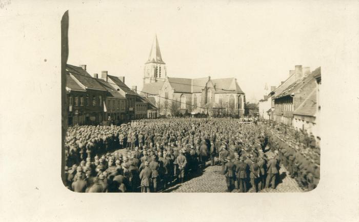 Duitse troepen luisteren naar toespraak op marktplein, Moorslede