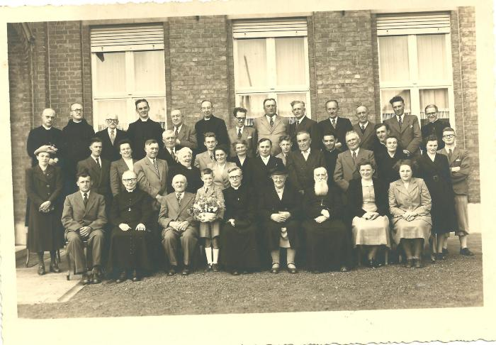 Groepsfoto familie Pater Lemahieu en mede paters, Gits