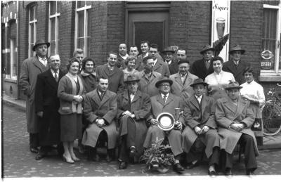 "Huldiging kampioen café ""Kunst en Vermaak"", Izegem, 1958"