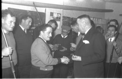 """Huldiging  kampioen handboogschuttervereniging """" Willem Tell"""", Izegem, 1958"""
