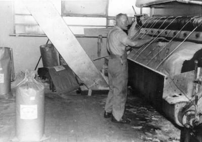 Melkpoedermachine met Achiel Defever, Moorslede, ca. 1950