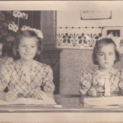 Maria en Nora Vanantwerpen, lokaal meisjesschool Beveren