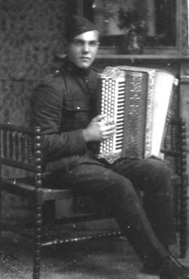 Soldaat Georges Vandepitte met zijn accordeon, Gits