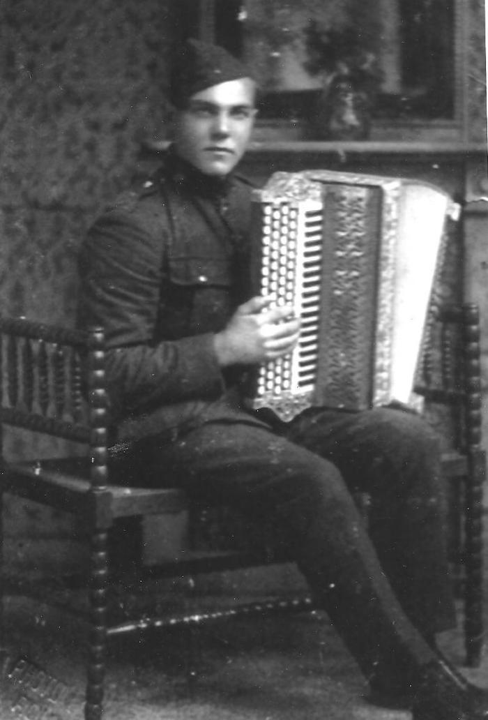 Soldaat Georges Vandepitte met zijn accordeon, Gits