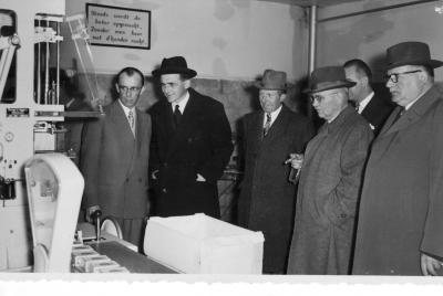 Bezoek gouverneur Pierre van Outryve d'Ydewalle aan zuivelbedrijf De Toekomst, Moorslede, 1955
