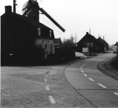 Zicht op molen met verdwenen huizen, 1983