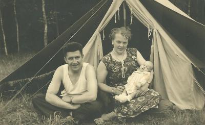 Willy Beernaert met Lucrèse en zoontje Luc op kamp, Merkevelde 1958