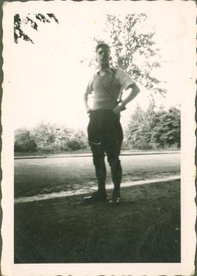 Een man poseert