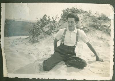Man poseert in duinen
