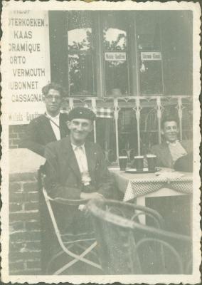 Drie mannen op een terras