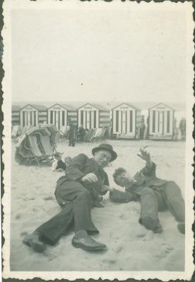 Twee mannen op strand
