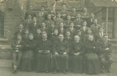 Groepsfoto met leerlingen van een college (?)
