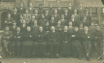 Groepsfoto met jongens van een college (?)