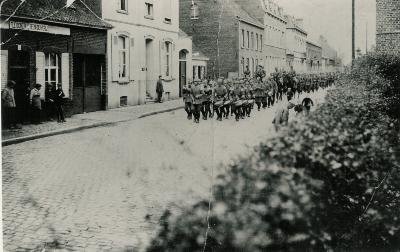 Optocht Duitse soldaten, Statiestraat, Lichtervelde