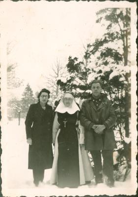 Kloosterzuster in wintertuin