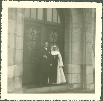 Kloosterzuster met vader (?)