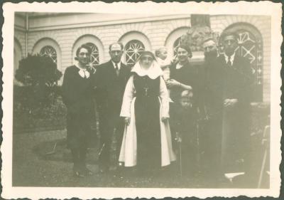 Kloosterzuster met familie
