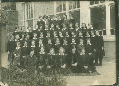 Groepsfoto met kostschoolmeisjes