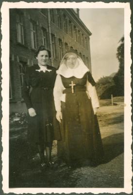 Kloosterzuster met vrouw