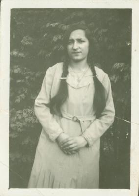 Een vrouw poseert