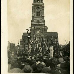 Manifestatie bij Sint-Amandskerk en standbeeld van A.  Rodenbach, Roeselare