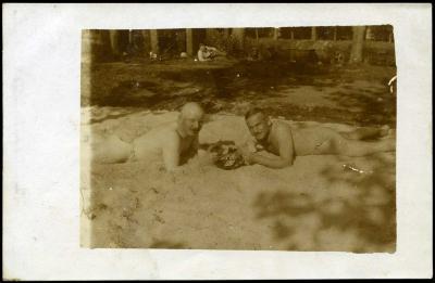 Kaartspelende Duitsers in zand, Roeselare