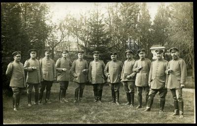 Generaal von Hügel poseert met soldaten, Roeselare