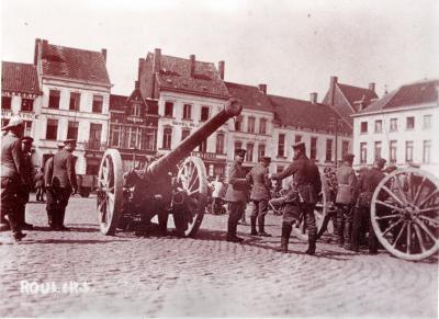 Buitgemaakte kanonnen op Grote Markt, Roeselare