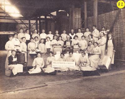 Groepsfoto van werknemers in winkel van het plaatselijk Hulp- en Voedingscomité
