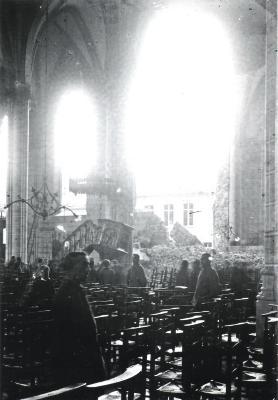 Interieur van verwoeste kerk