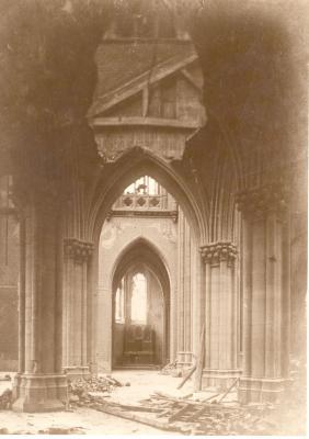 Interieur van beschadigde kerk, Dadizele