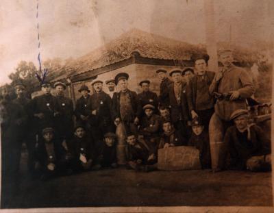 Groepsfoto van mannen met obus (?), Dadizele 19 juli 1917