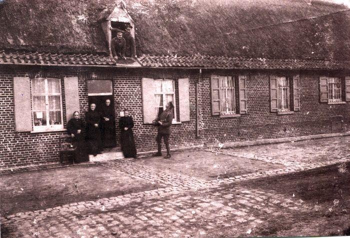 Bewoners en soldaten poseren bij woonhuis, Dadizele
