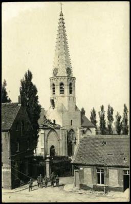 Beschadigde kerk en huizen in centrum, Staden