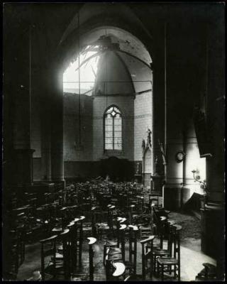 Interieur van beschadigde kerk, Staden