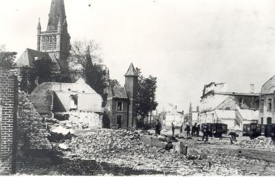Puin ruimen in verwoest centrum, Dadizele