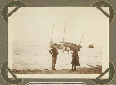 Slosse en zijn neef op strand, De Panne 8 september 1915