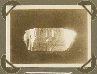 Lakenhalle gezien door gat geslagen door obus, 3 maart 1915