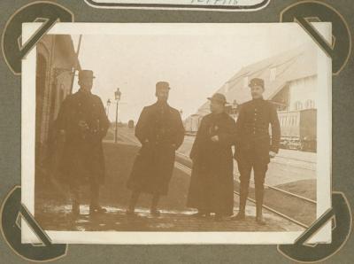 Pannenkoekenclub op perron station, Adinkerke 10 juli 1915