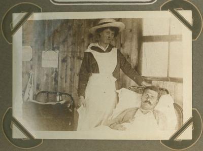 Lady Bagot verzorgt gekwetste in hospitaal ' l' Amitié', Adinkerke 2 augustus 1915