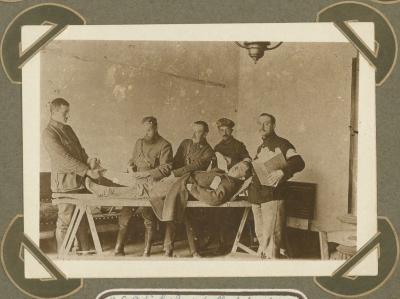 Dr. Watrin en dr. Dewinter in verbandzaal H.E., Adinkerke 2 augustus 1915