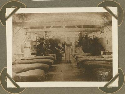 Binnenschip, ingericht als verpleegpost, op kanaal Adinkerke 10 augustus 1915