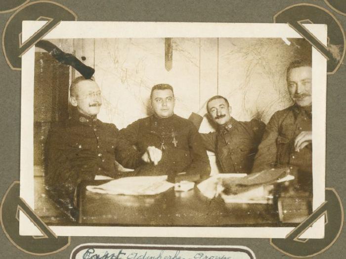 Groepsfoto met 4 militairen, Adinkerke 28 juli 1915