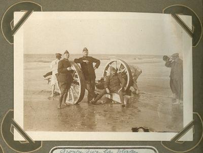 Militairen poseren op strand, De Panne 3 september 1915