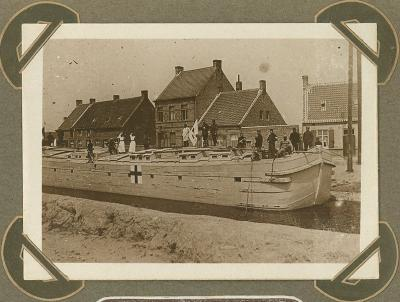 Binnenschip met opschrift Rode Kruis op kanaal, Adinkerke 10 augustus 1915