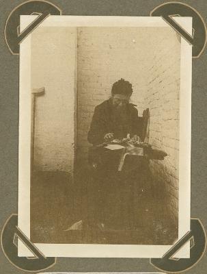Kantwerkster in Cabourg, Adinkerke 25 augustus 1915