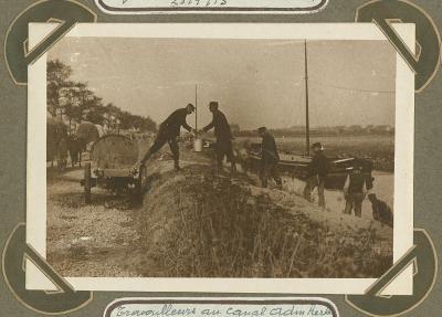 Arbeiders aan kanaal, Adinkerke 24 september 1915